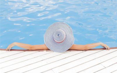 Wooden pool enclosure: natural and chic